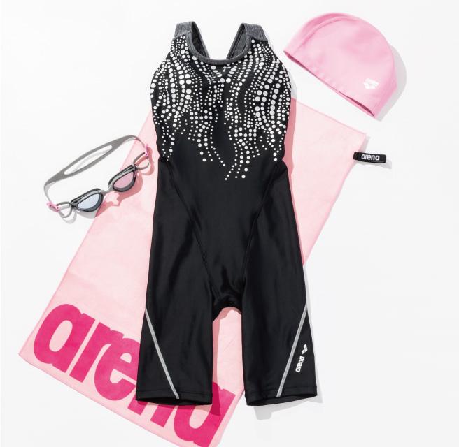 スポーティなモノトーンスタイルに、ピンクをプラスして遊び心を。
